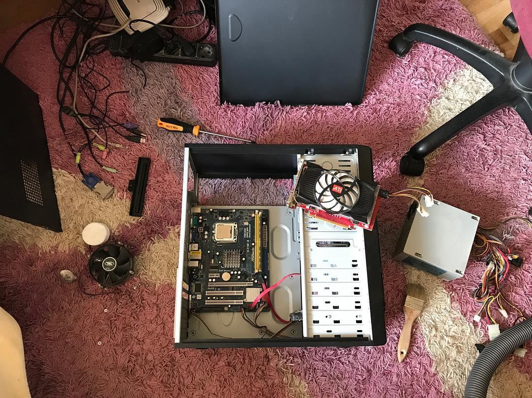 Наступила жара и пора чистить компьютеры от накопившейся пыли! Особенно если его не чистили никогда :))) хозяйка сказала, что не знала, что чистить нужно :))) представьте что там было внутри